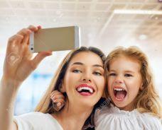 32432977-madre-e-hija-haciendo-una-selfie-Foto-de-archivo